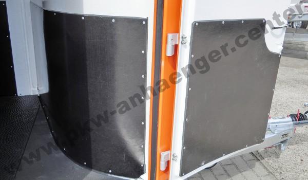Trittschutz an Sattelkammer und Tür für CARELINER Pferdeanhänger